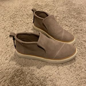 TOMS Slip on size 8.5 LIKE NEW